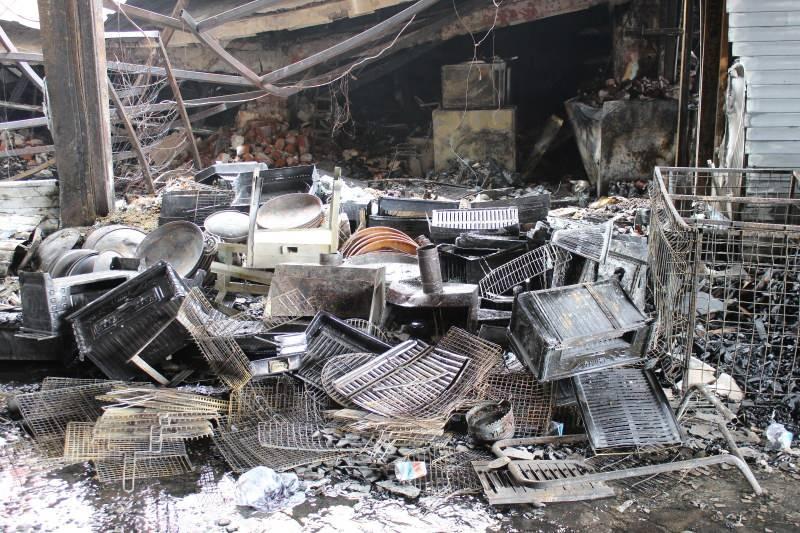 Kasaplar Çarşısı'ndaki dükkanda çıkan yangın, çevre iş yerlerine sıçramış 20 işyeri kullanılamaz hale gelmişti.