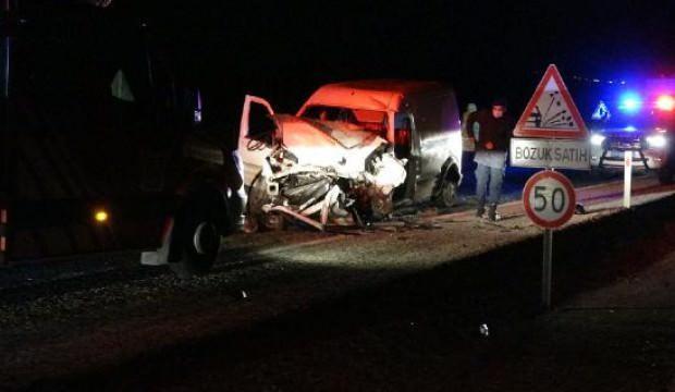 Hafif ticari araçlar çarpıştı: 2 ölü, 3'ü ağır 5 yaralı