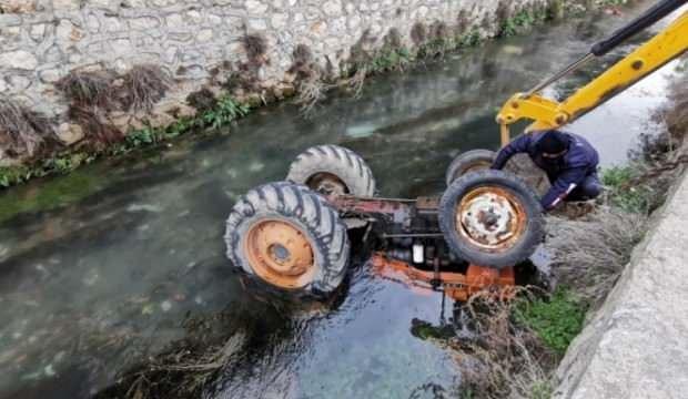 Kontrolden çıkan traktör sürücüsüyle nehire düştü