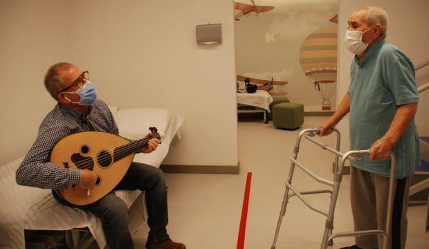 Yürüyememe şikayetiyle hastaneye giden hasta iyileşmesini şarkı söyleyerek kutladı!
