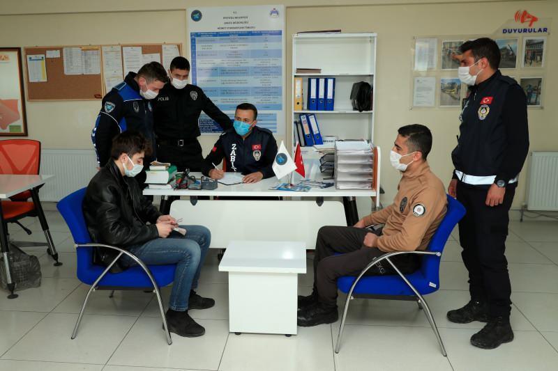 Van'da zabıta ekipleri yerde buldukları 20 bin lirayı sahibine ulaştırdı