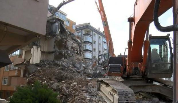 Avcılar'da yıkım sırasında beton blok iş makinesinin üzerine devrildi