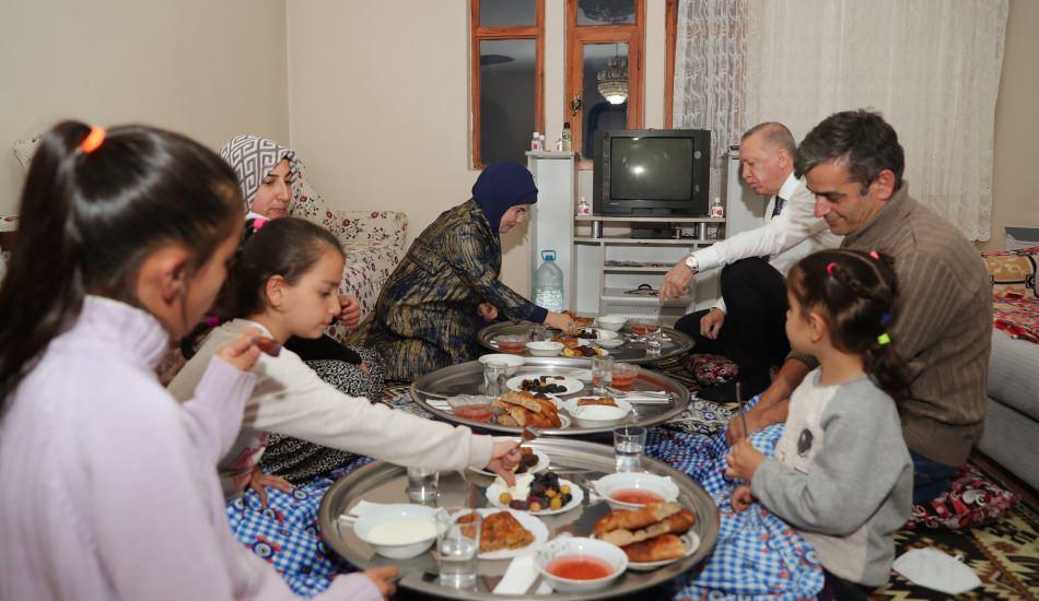 Başkan Erdoğan ve eşi Emine Erdoğan'dan iftar ziyareti
