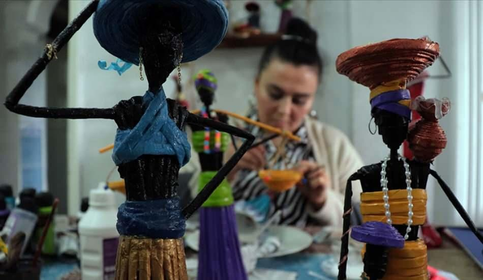 Hataylı ev hanımı Lale Bal atık kağıtları biblo yaparak kazanca dönüştürüyor