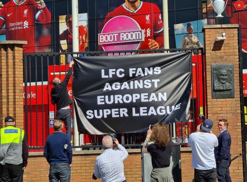 Liverpool taraftar gruplarında Spion Kop 1906, kulübün Avrupa Süper Lig kararını mide bulandırıcı olduğunu açıklarken, dünyaca ünlü KOP tribünündeki tüm pankart ve bayrakların kaldırılacağını duyurdu.