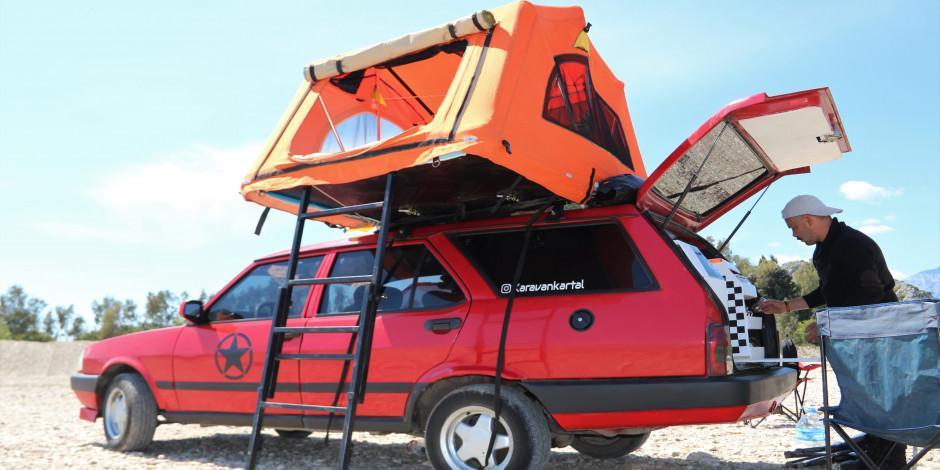 Karavana çevirdiği eski otomobiliyle hayallerinin peşinden gidiyor