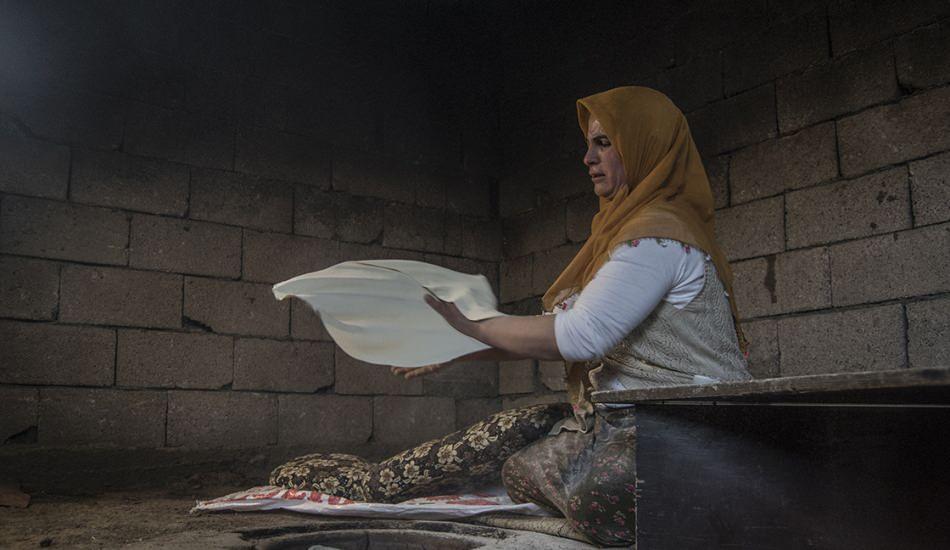 Karslı kadınlar Ramazan'da tandırları imece usulü yakıyor