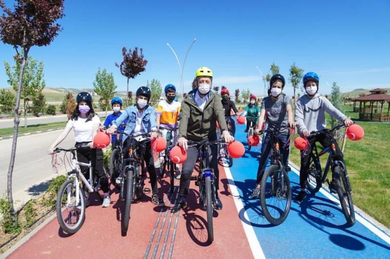 Selçuk'un çocuklara bir de sürprizi vardı. 23 Nisan hediyesi olarak tura katılanlara bisiklet verdi.