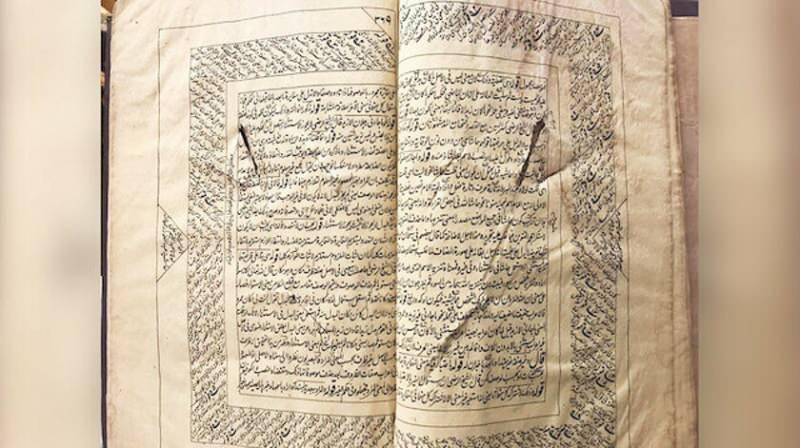 Molla Salih Turgut, Bitlis işgal edildiğinde Ermeni teröristlerin süngülediği bir kitabı saklıyor.