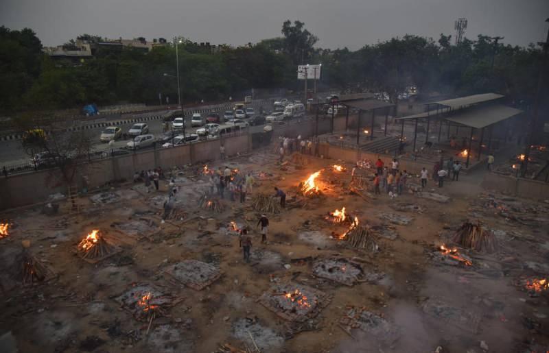 Ölenler sokak ortasında yakılıyor.