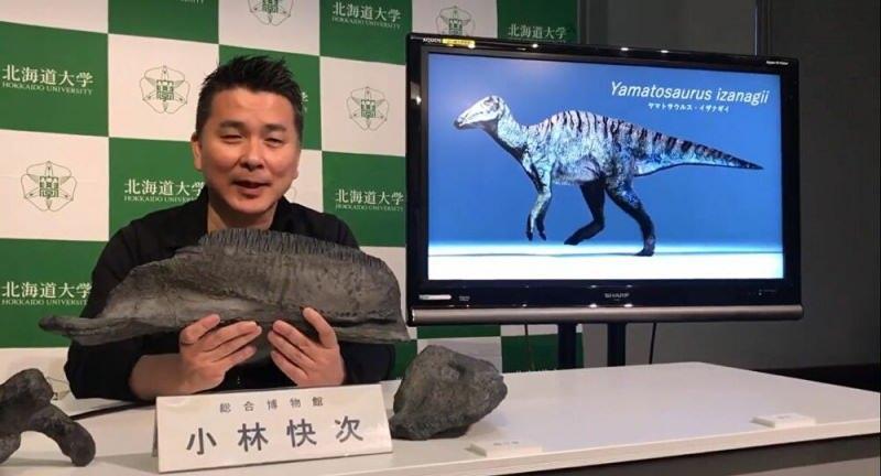 Fosili bulan bilim insanı TV'de açıklama yapıyor.