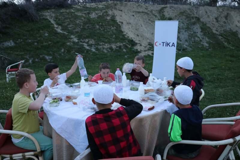 TİKA Arnavutluk'ta ihtiyaç sahiplerine iftar sofrası kurdu