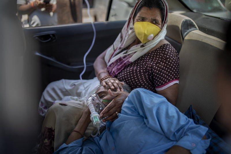 Hastanelerin yetersizliğinden dolayı arabada solunum cihazı takılan bir hasta