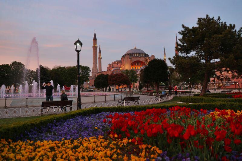 İstanbul'da, yeni tip koronavirüs (Kovid-19) salgınıyla mücadele tedbirleri kapsamında 17 Mayıs Pazartesi saat 05.00'e kadar devam edecek tam kapanma dönemi başladı. Sultanahmet Meydanı ve çevresinde kısıtlamadan muaf olan turistlerin gezdiği görüldü.