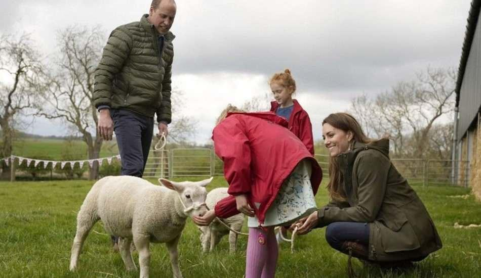 Prens William ile Kate Middleton'dan köy ziyareti!