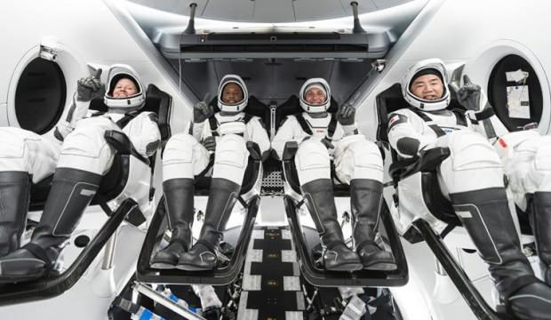 SpaceX'in astronotları taşıyan kapsülü başarılı iniş yaptı
