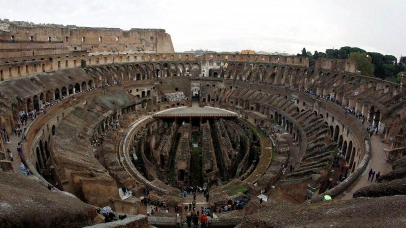 Roma'daki antik Kolezyum, 19. yüzyılda kazılar için söküldüğünden bu yana bir zemine sahip değil