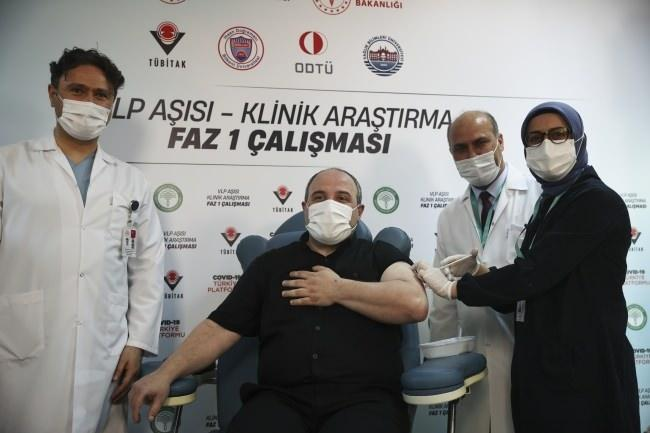 Sanayi ve Teknoloji Bakanı Mustafa Varank, VLP temelli yerli aşının insan denemelerinin Faz-1 aşamasında gönüllü oldu.