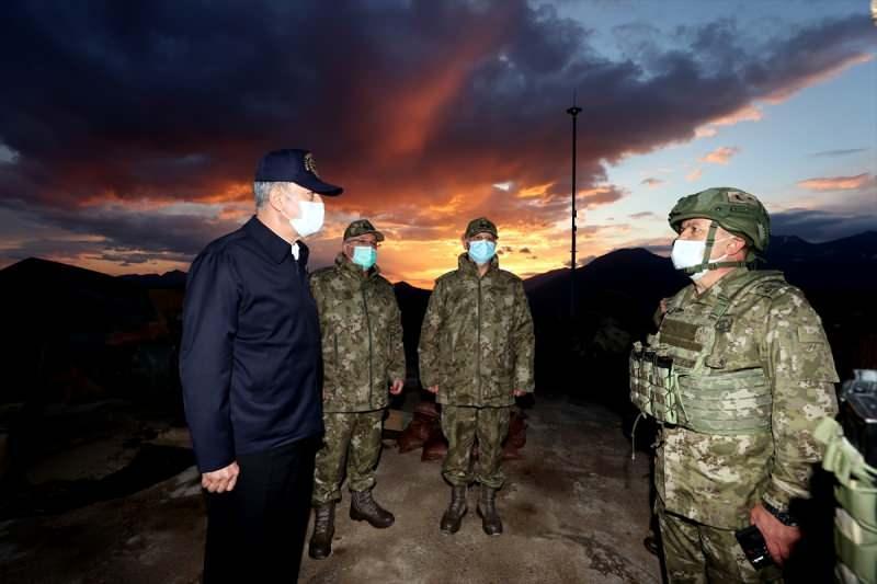Milli Savunma Bakanı Hulusi Akar, Pençe-Şimşek ve Pençe-Yıldırım operasyonlarının başarılı bir şekilde devam ettiği 2'nci Hudut Bölük Komutanlığının Irak'ın kuzeyindeki Biliç Tepe Üs Bölgesi'ni ziyaret etmişti
