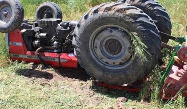 Traktör devrildi, hayatını kaybetti