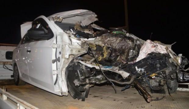 Bariyerlere saplanan otomobil sürücüsü hayatını kaybetti