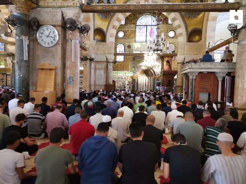 4 saat süren kararlı direnişinin ardından Müslümanlar, Mescid-i Aksa'da öğle namazını kıldı.
