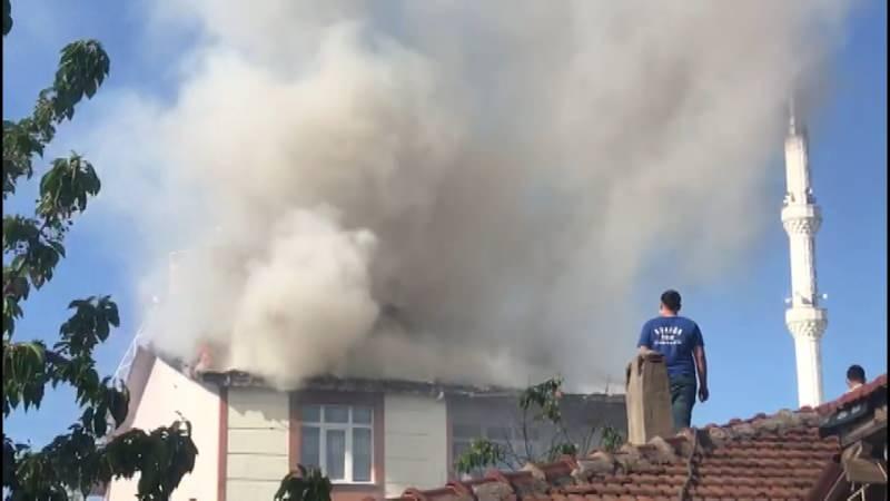 Sultanbeyli'de yangında apartman tahliye edildi, mahalleli sokağa döküldü