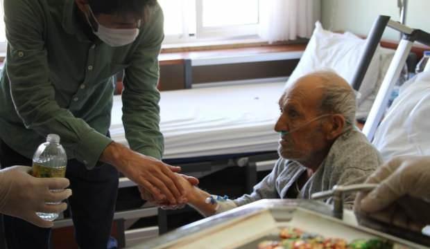 Sağlık çalışanları Hıdır amcayı ziyaret etti, gözyaşlarına hakim olamadı!