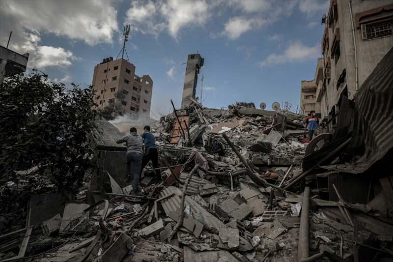 İsrail saldırıları sonrası kentte büyük bir yıkım var.
