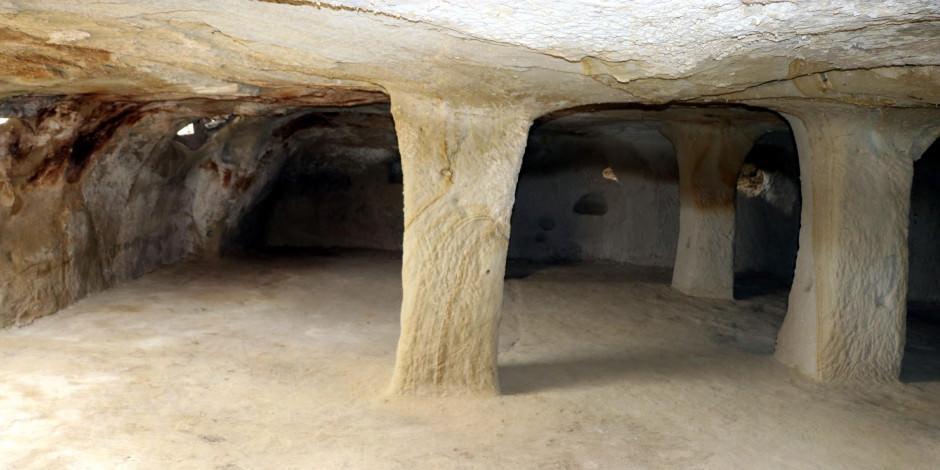 600 yıllık kayadan oyma cami