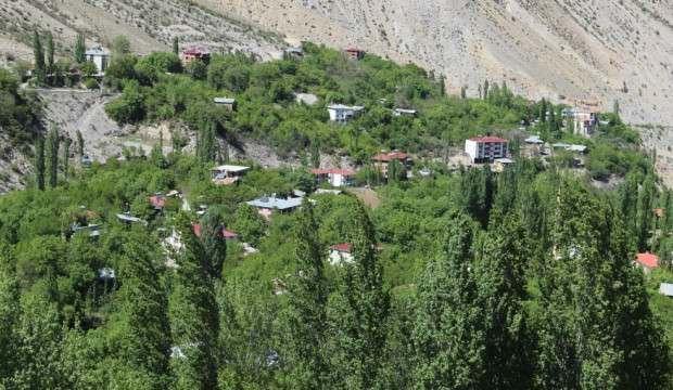 İki dağın arasında kalan köyü emekleriyle cennete çevirdiler