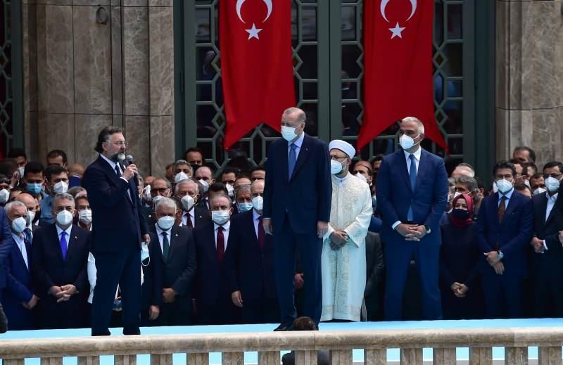 Caminin yapımını üstlenen Sur Yapı'nın sahibi Altan Elmas...