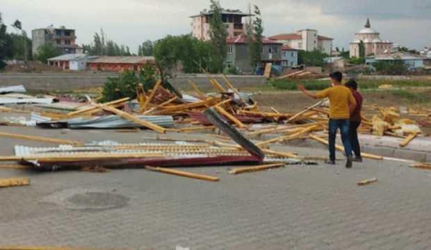 Fırtına bu hale getirdi: Çatılar uçtu, ağaçlar devrildi