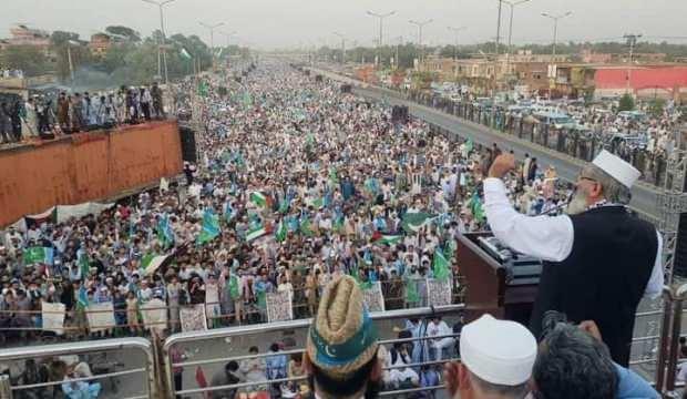 Peşaver'de binler Filistin'e destek için meydanı doldurdu