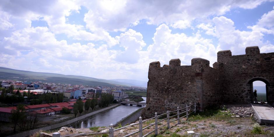 Serhat Şehri'nin tarihi kalesi ziyaretçileri cezbediyor