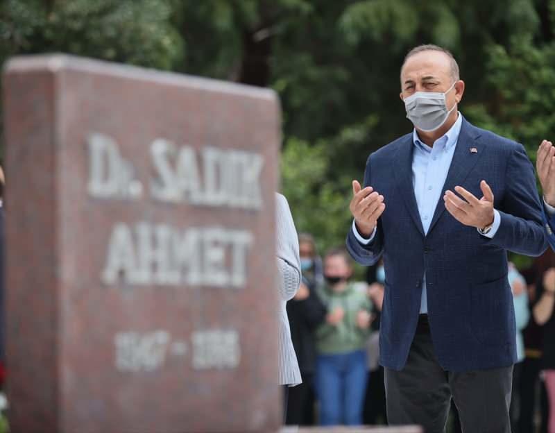 Çavuşoğlu, merhum Dr. Sadık Ahmet'in Kahveci Mezarlığındaki anıt mezarını ziyaret ederek, dua etti.