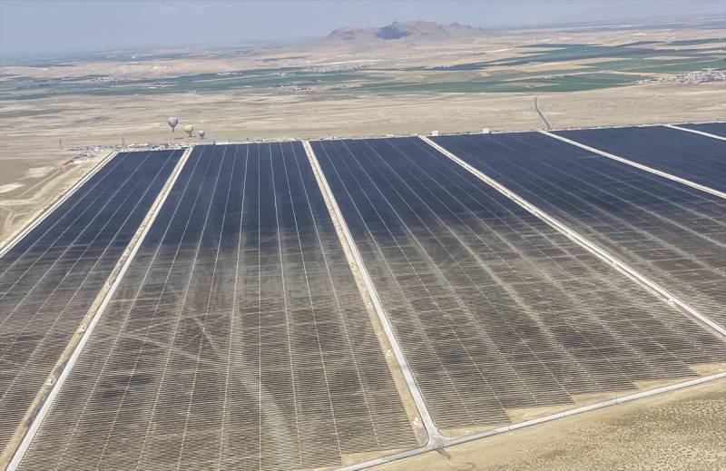 Konya'nın Karapınar ilçesinde kurulan Türkiye'nin en büyük güneş enerji santralinin temeli bugün atıldı.