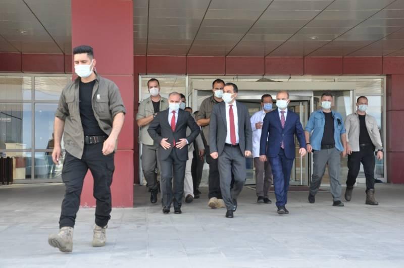 Kars Valisi Türker Öksüz, Kafkas Üniversitesi Sağlık Araştırma ve Uygulama Merkezi Hastanesine gelerek olay hakkında yetkililerden bilgi aldı.