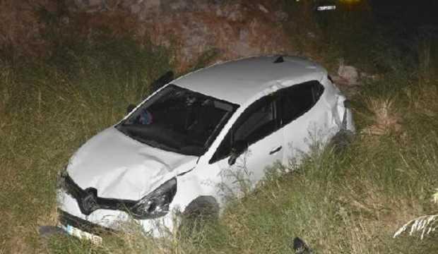 Kaza yapan sürücü, araçta sıkışan yolcuları bırakıp kaçtı