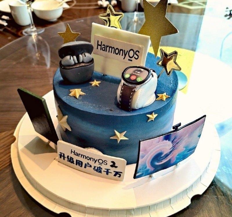 Huawei 10 milyon HarmonyOS kullanıcısı için pasta keserek kutlama yaptı.