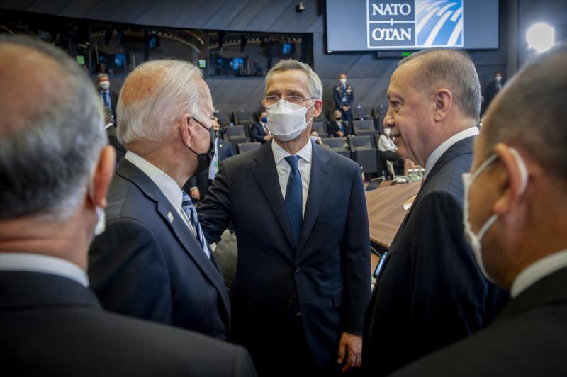 NATO Genel Sekreteri Stoltenberg ve ABD Başkanı Biden, Cumhurbaşkanı Erdoğan'ın yanına gelerek sohbet etti.