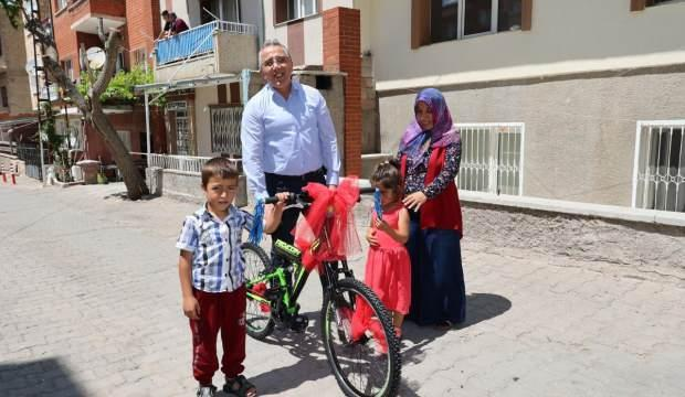 Belediye başkanından bisikleti çalınan çocuğa sürpriz hediye