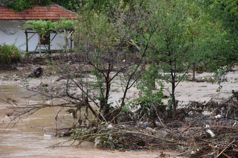 Kırıkkale'de sağanak; dere taştı, bahçeleri su bastı