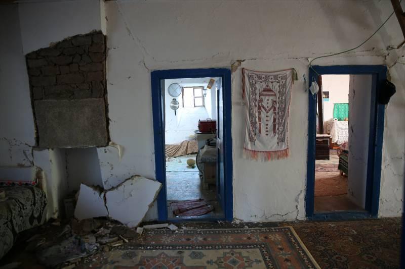 Bingöl'deki depremde bazı evler hasar gördü