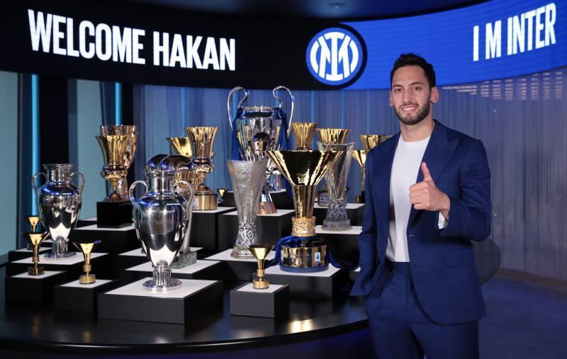 Inter'le sözleşme imzalayan Hakan Çalhanoğlu, yeni takımının müzesindeki kupalarla poz verdi.
