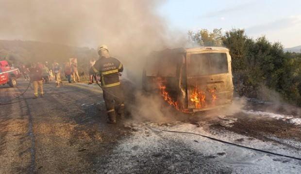 Muğla'da alev alan araç kül oldu
