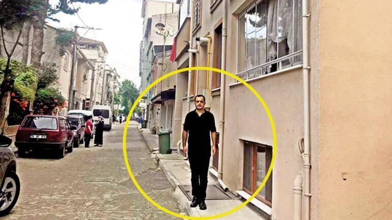 Hürriyet Gazetesi Muhabiri Musa Kesler, Mehmet Aydın'ın yaşadığı evin önünde.