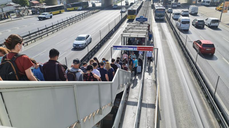 İstanbul'da normalleşmenin ilk gününde toplu ulaşımda ve trafikte yoğunluk yaşandı.