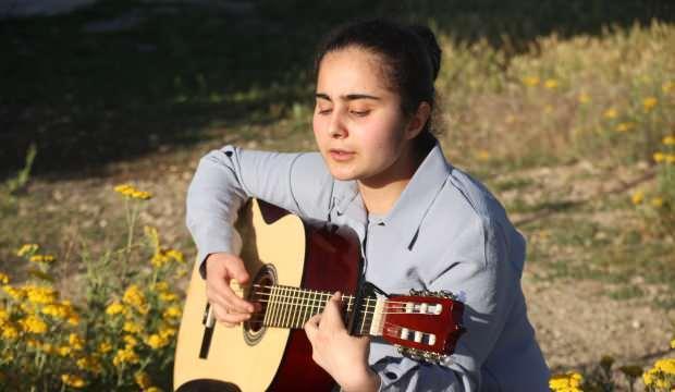 Karanlık dünyasını müzikle aydınlatıyor! Görme engelli Selma'nın hayatı müzikle değişti