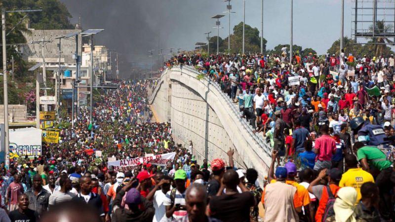 Fakirliğin pençesindeki Haiti'de yıllardır süren protestolar var.